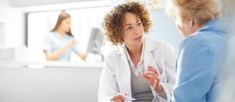 Docteur avec un patient senior