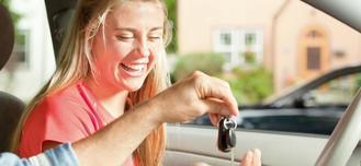 Adolescente sur le point d'effectuer une séance de conduite accompagnée